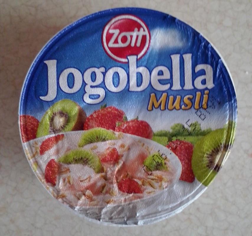ile ma kalorii Jogobella musli z truskawkami i kiwi